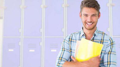 אדם עומד ליד ארונות לוקרים ממתכת